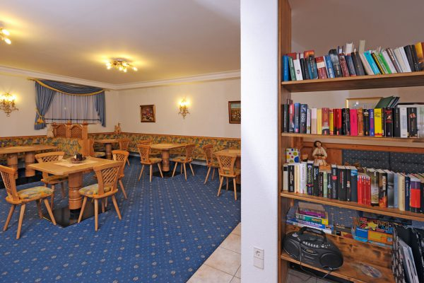 Aufenthaltsraum mit Bibliothek im Appartement Riederhof