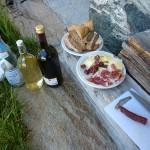 Jause mit Speck, Kaminwurze, Käse und Wein